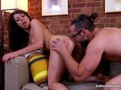 On met au defi Anna, 18ans de sucer son pote d'enfance et on la baise contre la voiture !  (vidéo exclusive)