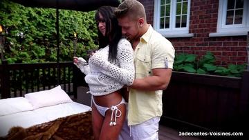Une contractuelle parisienne à gros nichons nous reçoit chez elle ! (vidéo exclusive)