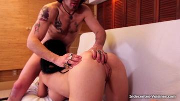 La belle Linda se fait déboiter par deux fans !  (vidéo exclusive)